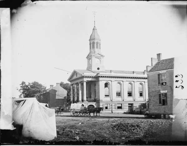 A photograph of the country courthouse in Warrenton, Virginia, taken in August 1862 (Library of Congress).